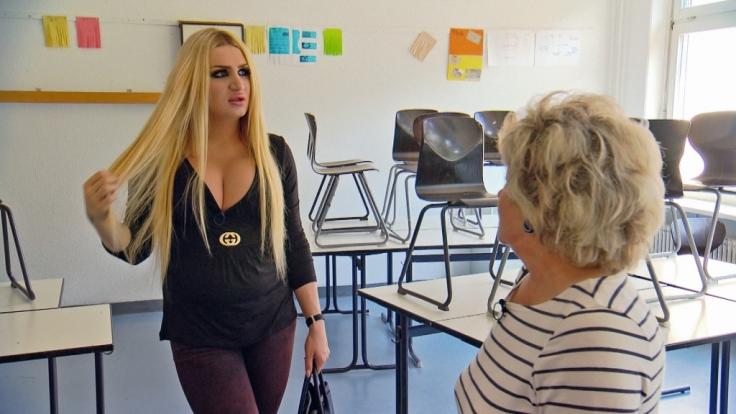 Transfrau Maya besucht ihre ehemalige Schule.
