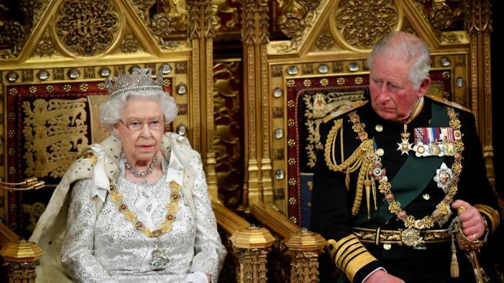 Mit einer pompösen Krönung könnte Prinz Charles den Zorn des Volkes auf sich ziehen. (Foto)