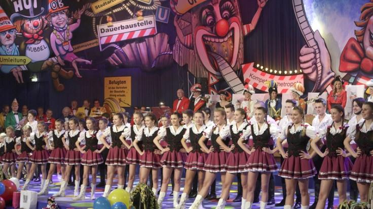 """Die Kindertanzgruppe """"De Hoppemötzjer"""" nehmen Aufstellung in einer Reihe über die gesamte Bühnenbreite. (Foto)"""