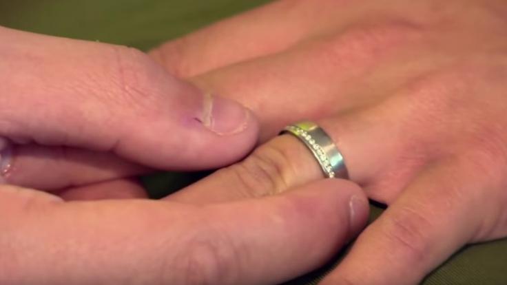 Früher zierte ein mit Diamanten besetzter Ehering Sarahs Finger.