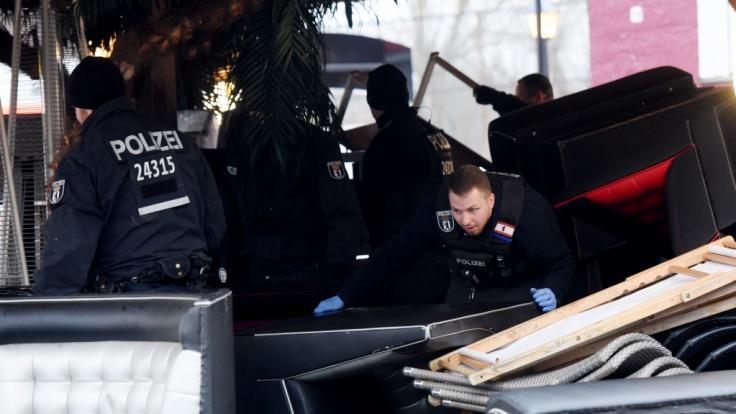 Gegen eine Waffenschmuggler-Bande ist die Polizei in Berlin und Brandenburg vorgegangen.