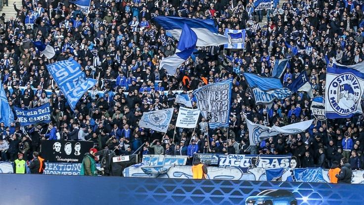 Die Fans von Hertha BSC feuern ihre Mannschaft von der Tribüne aus an. (Symbolbild)