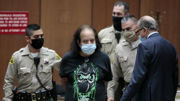 Der amerikanische Porno-Darsteller Ron Jeremy (M) erscheint zur Anklage vor Gericht.
