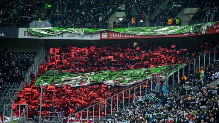 Die Fans vom SC Freiburg unterstützen ihr Team nach Leibeskräften. (Symbolbild) (Foto)