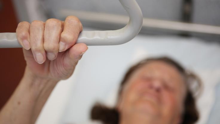 Zwei demenzkranke Frauen wurden von einer Pflegerin sexuell missbraucht. (Symbolbild) (Foto)