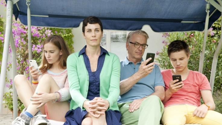 Heike (Nina Kunzendorf) reicht's: Die Smartphone- und Internetsucht ihrer Familie geht ihr so sehr auf die Nerven, dass sie ihren Lieben kalten Internet-Entzug verordnet. (Foto)