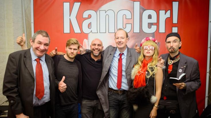 """""""Die PARTEI"""": Wolfgang Wendland (l-r), Shahak Shapira, Serdar Somuncu, Martin Sonneborn, Natascha und Mark Benecke. (Foto)"""