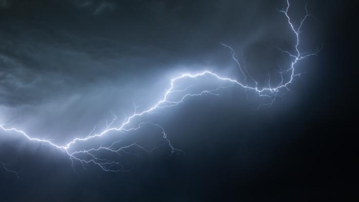 In den USA filmte ein Sturmjäger, wie ein Blitz in ein Auto kracht. (Foto)