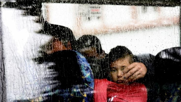 Auf der Suche nach Schutz: Bei strömendem Regen trifft ein Bus mit Flüchtlingen in Darmstadt (Hessen) ein.