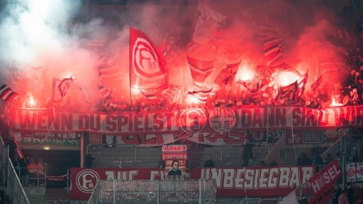 Die Fans von Fortuna Düsseldorf feiern ihren Verein von der Tribüne aus. (Symbolbild) (Foto)