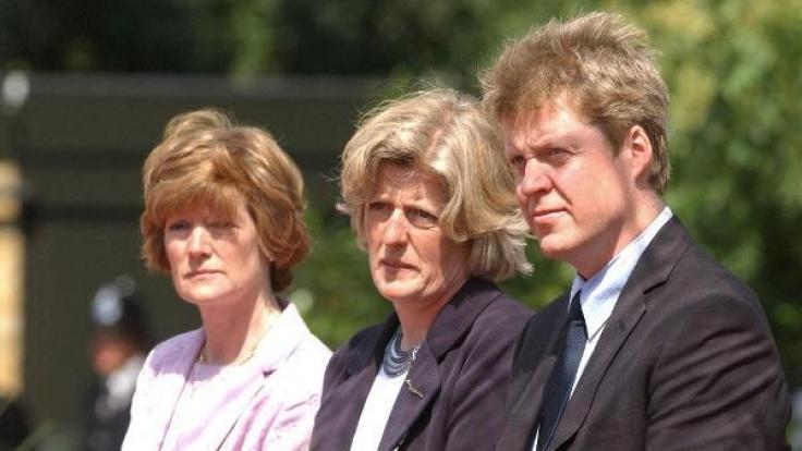 Lady Di's Geschwister, Lady Sarah McCorquodale, Lady Jane Fellowes und Earl Spencer, besuchen gemeinsam die Einweihung des Diana-Brunnens im Londoner Hyde Park im Jahr 2004. (Foto)