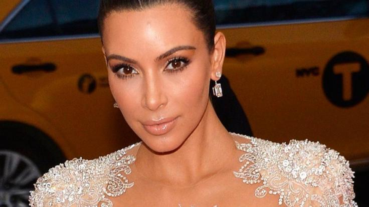Kim Kardashian zeigt sich in einem Nacktkleid. (Foto)