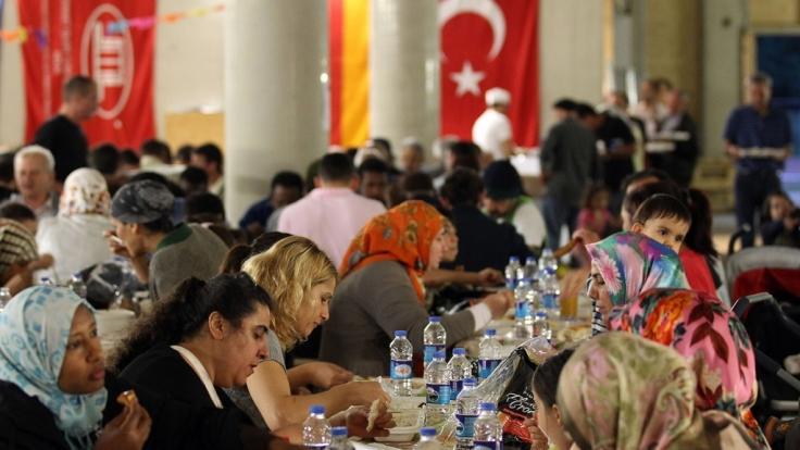 Während des Ramadan treffen sich gläubige Muslime nach Sonnenuntergang zum gemeinsamen Fastenbrechen Iftar. (Foto)