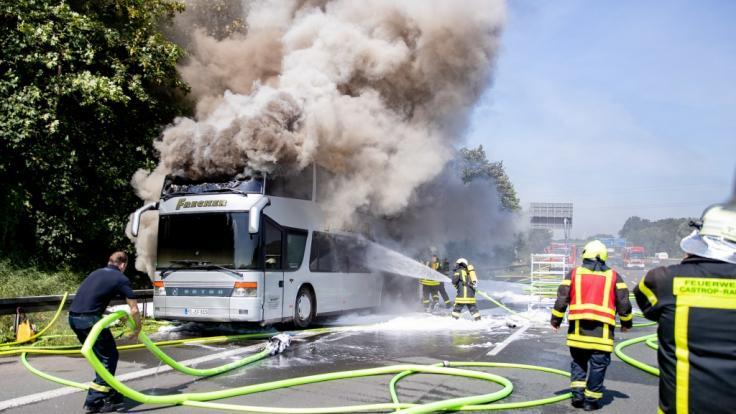 In Höhe Castrop-Rauxel ist auf der A2 ein Reisebus mit 65 Schülern komplett ausgebrannt.