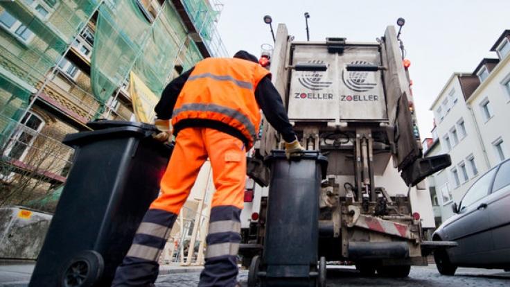 Müllmänner werden durch die Hightech-Tonnen in Schleswig-Holstein bald weniger körperlicher Belastung ausgesetzt.