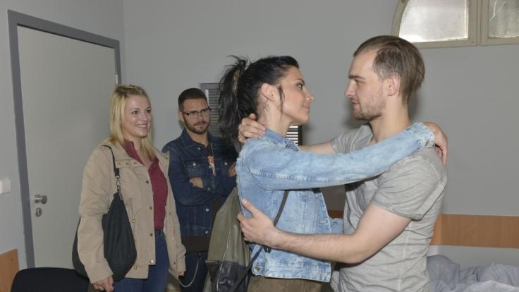 Lilly (Iris Mareike Steen), Tuner (Thomas Drechsel), Anni (Linda Marlen Runge) besuchen Chris (Eric Stehfest). (Foto)