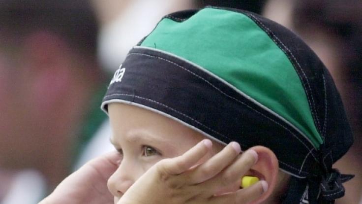 Gerade kleine Fans sollten sich vor Lärm schützen.