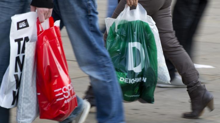 Zum verkaufsoffenen Sonntag nutzen zahlreiche Verbraucher die Gelegenheit zum ausgiebigen Bummeln.