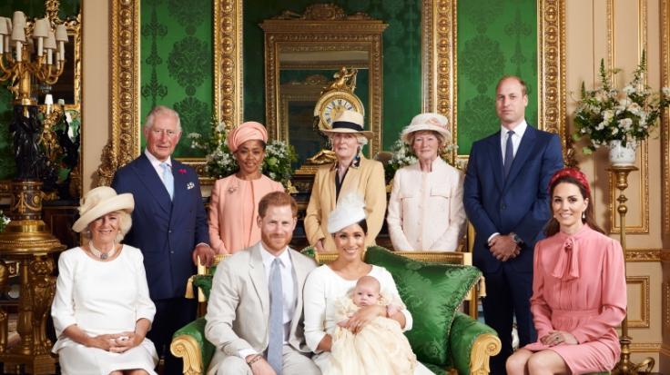 Das aktuelle Familienfoto der britischen Royals sorgt für Zündstoff. Hatten Kate Middleton und Prinz William keine Lust auf Archies Taufe? (Foto)
