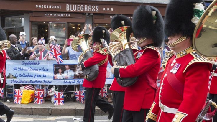 Fans des britischen Königshauses präsentieren stolz ihre Banner, die sie anlässlich der Taufe von Baby Archie gebastelt haben. (Foto)