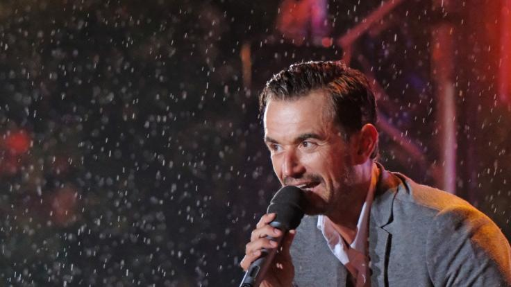 Florian Silbereisen stand bei Regen auf der Bühne.