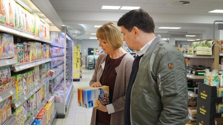 Tim Mälzer (re.) mit Gudrun Köster (li.) von der Verbraucherzentrale Schleswig-Holstein: Spurensuche im Supermarkt.