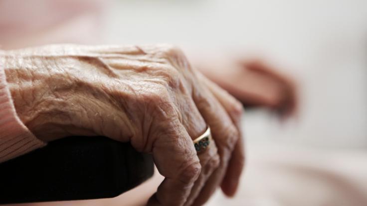 Eine Seniorin wurde in ihrem Haus missbraucht. (Foto)