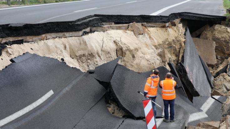 Das abgesackte Autobahnteilstück der A20 an der Trebeltalbrücke bei Tribsees (Mecklenburg-Vorpommern) wird von Fachleuten begutachtet. (Foto)