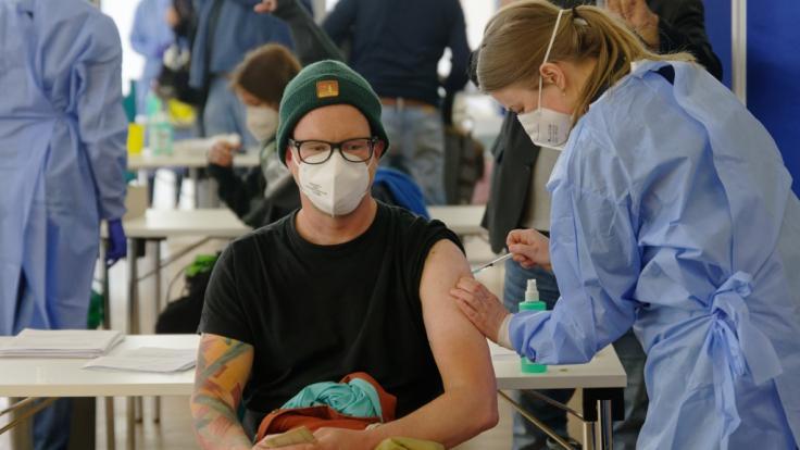 Ein junger Mann wird bei einer Sonder-Impf-Aktion im Kampf gegen das Coronavirus in der Ditib-Zentralmoschee im Kölner Stadtteil Ehrenfeld geimpft. (Foto)