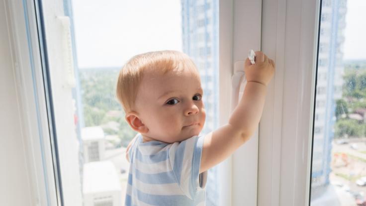 In England hat ein Mann ein zwei Jahre alten Jungen aus dem Fenster geworfen. (Symbolbild) (Foto)