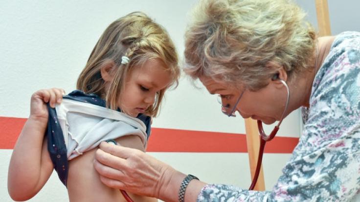 Die Vorsorge beim Kinderarzt soll umfangreicher werden. (Foto)