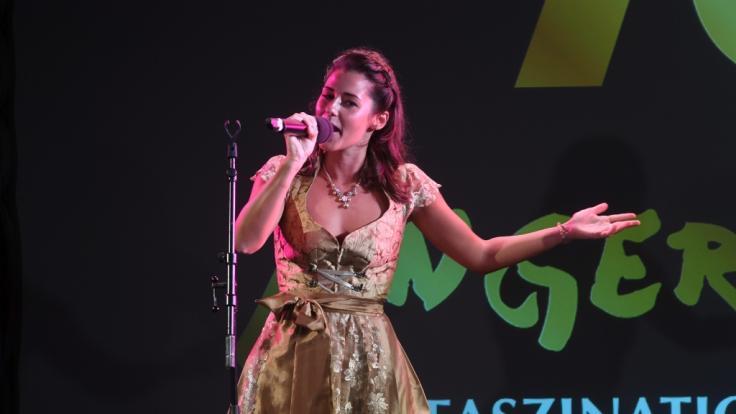 Sängerin Sarah bei ihrem Auftritt bei derJubiläumsgala