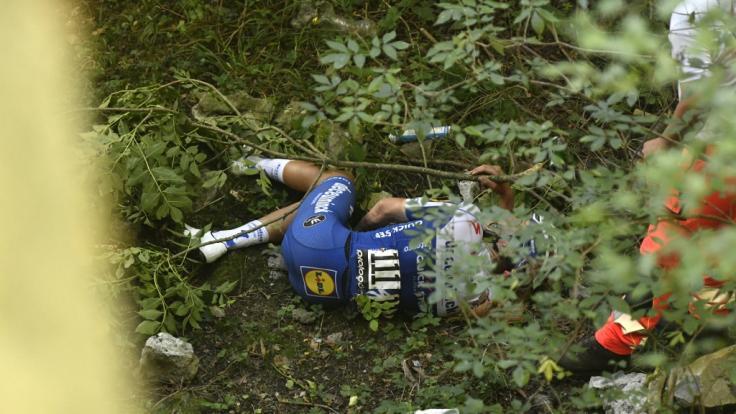 Remco Evenepoel aus Belgien vom Team Deceuninck-Quick-Step liegt nach einem schweren Sturz bei der Lombardei-Rundfahrt auf dem Boden. (Foto)