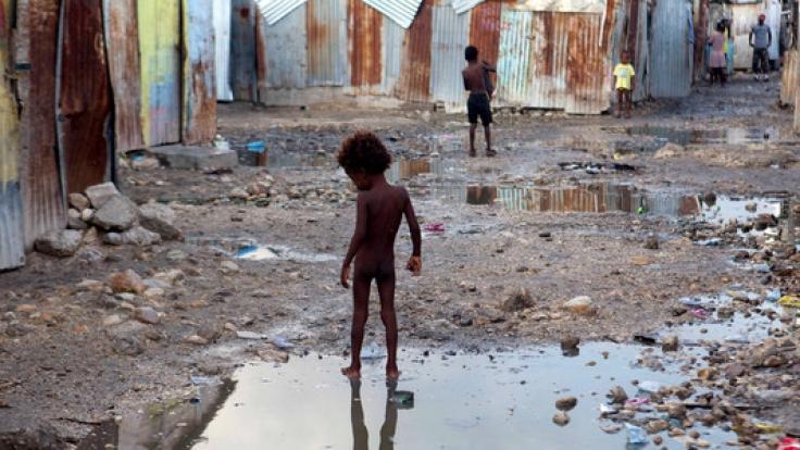 Ein Kind auf der Straße eines Armenviertels in Port-au-Prince (Haiti). Dort stationierte UN-Mitarbeiter seien auf den Hurrikan vorbereitet und stünden ebenfalls bereit, Nothilfe zu leisten, versicherte der UN-Sprecher Stéphane Dujarric.