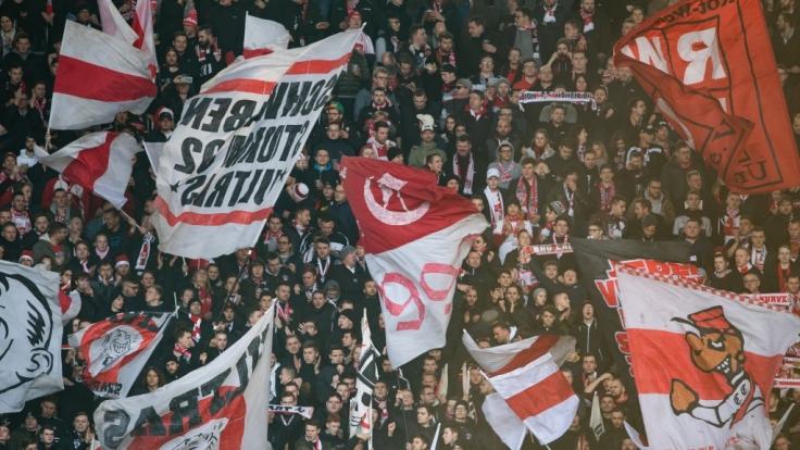 Die Fans des VfB Stuttgart schwenken die Fahnen für ihren Verein. (Symbolbild) (Foto)
