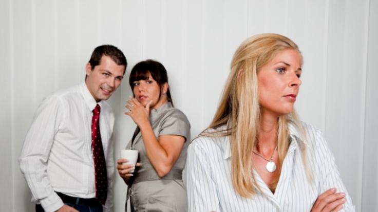 Frauen agieren subtil und reden hinter dem Rücken der Kollegin. (Foto)