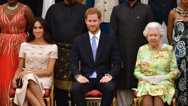 Die britische Königin Elizabeth II. (r-l), der britische Prinz Harry (M) und dessen Frau Meghan Markle. (Foto)