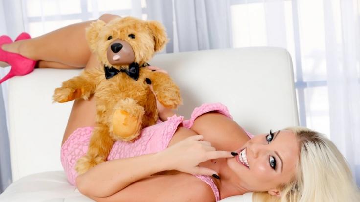 Britney Amber stellt den Teddylove-Vibrator vor.