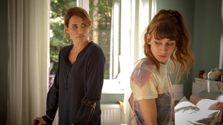 Konstanze (Anja Kling) ist genervt von Jacqueline (Carol Schuler, rechts). (Foto)