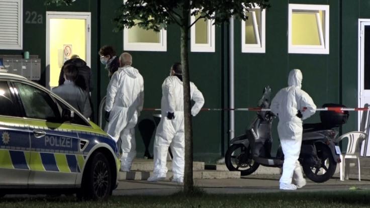 Die Spurensicherung steht vor einer Unterkunft für Geflüchtete im Münsterland. (Foto)