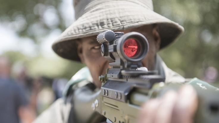 Im Krüger Nationalpark in Südafrika macht eine Spezialeinheit Jagd auf Wilderer - doch jetzt kümmerte sich die Natur selbst um einen illegalen Jäger (Symbolbild).