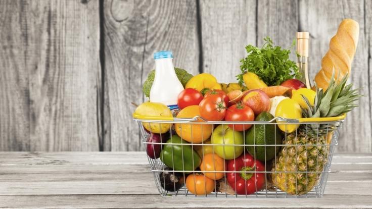 Neben Medikamenten und Kosmetika erhöhen auch einige Lebensmittel die Lichtempfindlichkeit und damit die Sonnenbrandgefahr. (Foto)