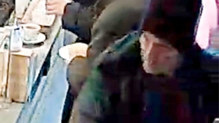 Die Berliner Polizei sucht mit diesen Fotos nach einem mutmaßlichen Kindesentführer. (Foto)