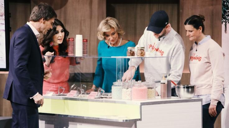 """Raubtierfütterung: Diana Hildenbrand (r.) und Constantin Feistkorn aus Berlin stellen ihr Start-up """"Spooning Cookie Dough"""" in """"Die Höhle der Löwen"""" vor. (Foto)"""