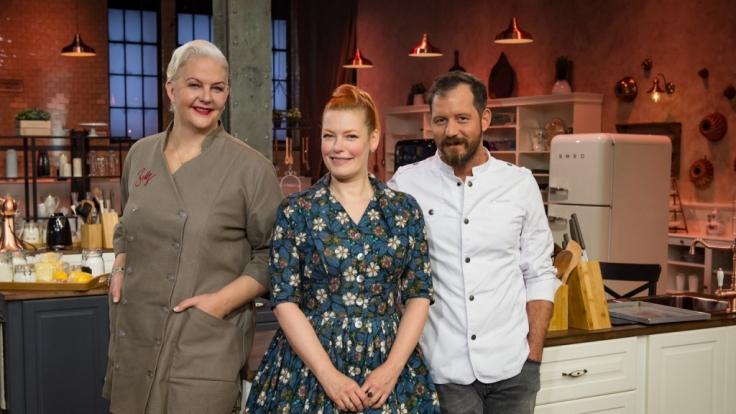 Die Jury: Torten-Dekorateurin Bettina Schliephake-Burchardt (l.) und Chef Pâtissier Christian Hümbs (r.). Enie van de Meiklokjes (M.) moderiert