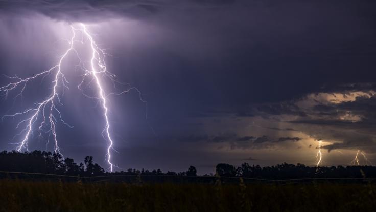 Unwetterartige Gewitter mit Starkregen und Hagel lösen die Sommerhitze ab. (Foto)