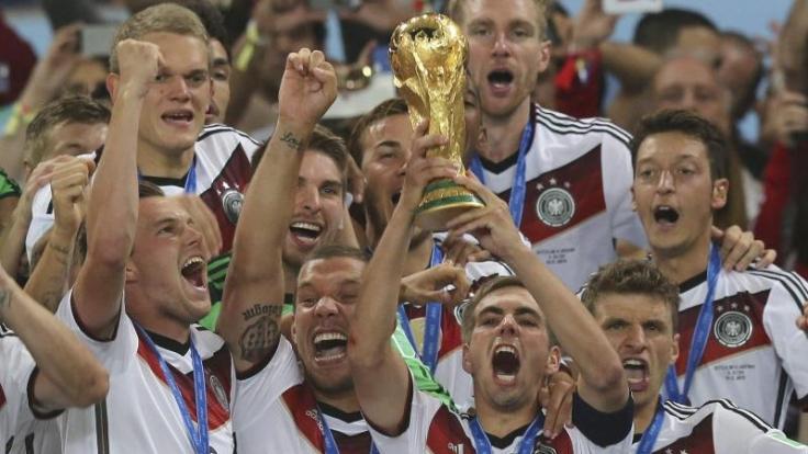Dieses Bild wird bleiben: Die Weltmeister von Rio mit dem WM-Pokal.