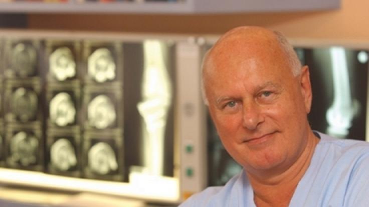 Professor Jürgen Toft hat eine Bioprothese entwickelt, die er bei Arthrose anwendet.