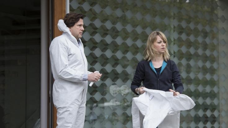 Kommissarin Heller (Lisa Wagner, r.) und Kommissar Verhoeven (Hans-Jochen Wagner, l.) ermitteln in einer Serie von Raubmorden.