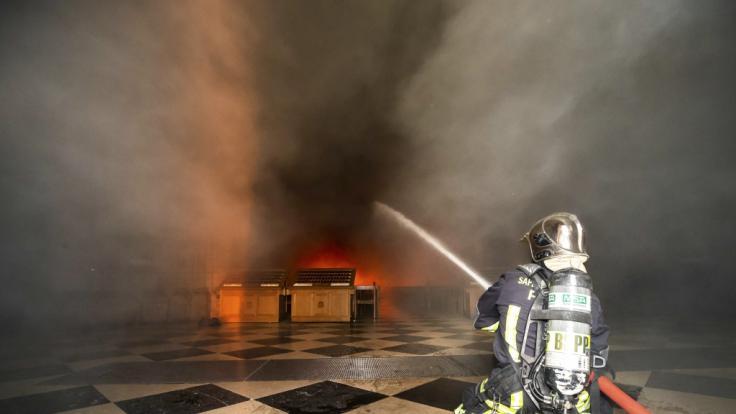 Die Feuerwehr stellte nach dem Brand Fotos der Löschung zur Verfügung. (Foto)